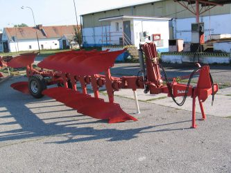 Semi-mounted reversible ploughs